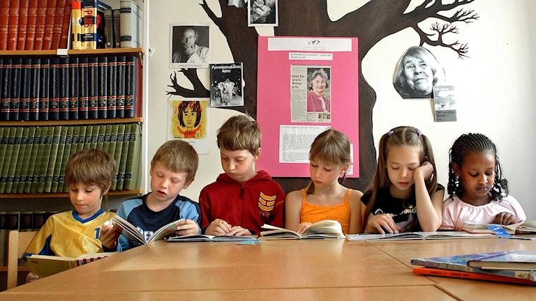 Läsande barn i biblioteket på Fridhemsskolan. Foto Dan Hansson / SvD /TT.