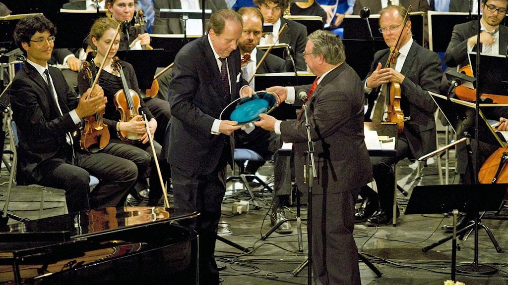 Konsert till förmån för World Childhood Foundation i Storkyrkan, Stockholm. Gustaf Sjökvist och rektorn för Lilla Akademien.