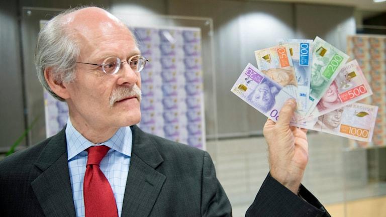 Riksbankens chef Stefan Ingves visar upp de nya sedlarna under en pressträff i Stockholm. Riksbanken visar upp Sveriges nya sedlar och mynt. Foto: Jessica Gow / TT