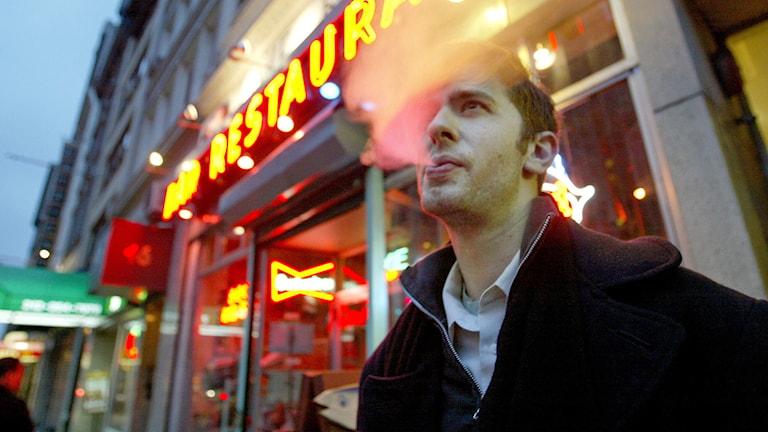 David Ozanich röker utanför restaurang. Foto: AP Photo/Diane Bondareff/TT.