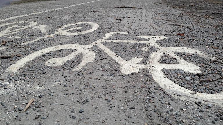 Trafikkontoret låter gruset ligga kvar på cykelbanorna. Foto: Max Pröckl / Sveriges Radio