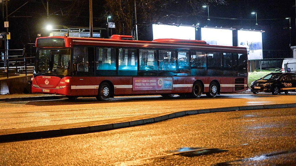 En SL-buss står vid en hållplats på Värmdövägen. Foto: Henrik Montgomery/TT.