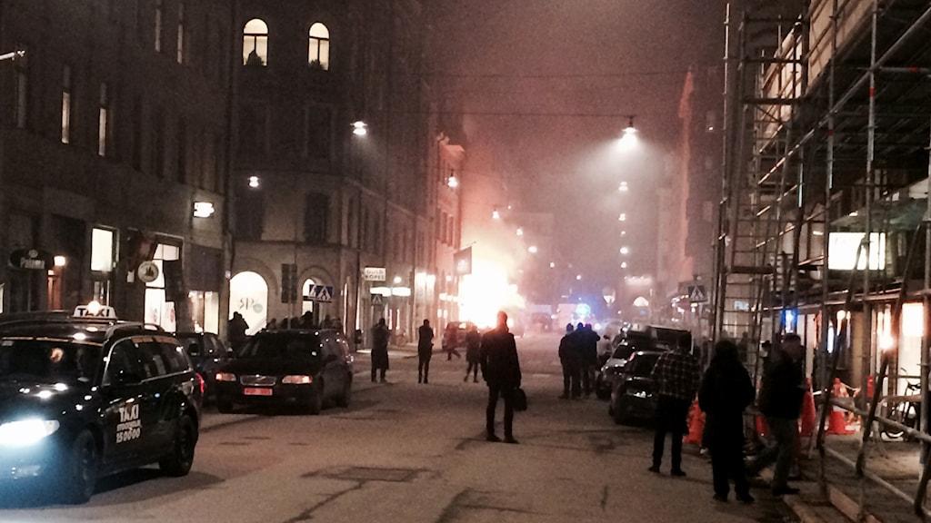 Bilbranden vid Östermalmstorg, i Stockholm. Foto: Christian Ströberg / P4 Östergötland / Sveriges Radio
