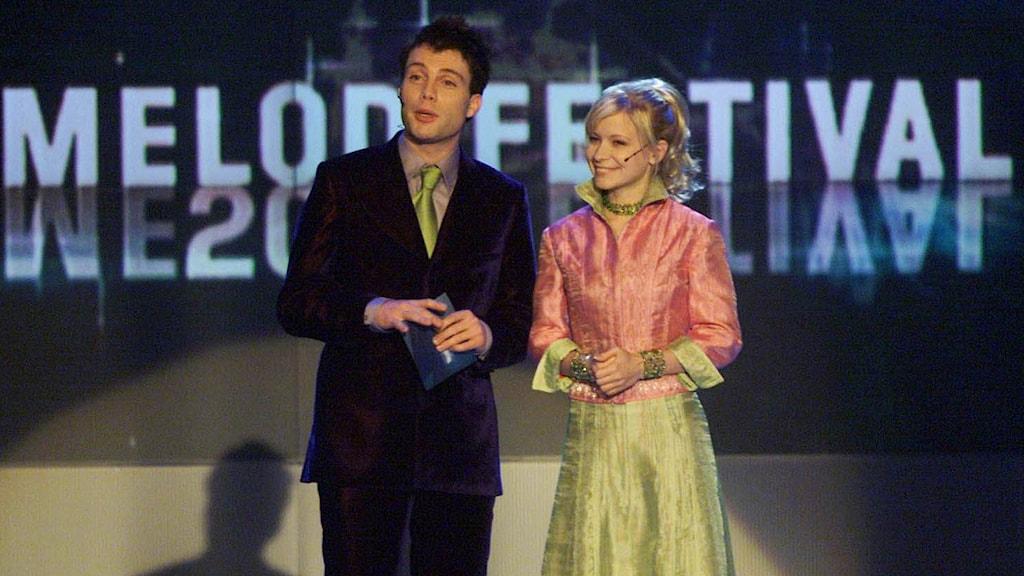 Programledarna Henrik Olsson och Josefine Sundström under generalrepetitionerna av Melodifestvialen 2001. Foto: Jessica Gow /TT.