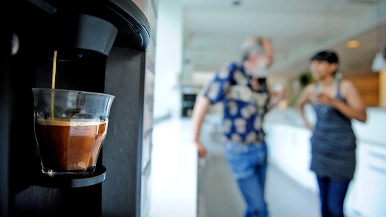 Prat vid kaffeautomaten. Foto: Erik Mårtensson /TT.
