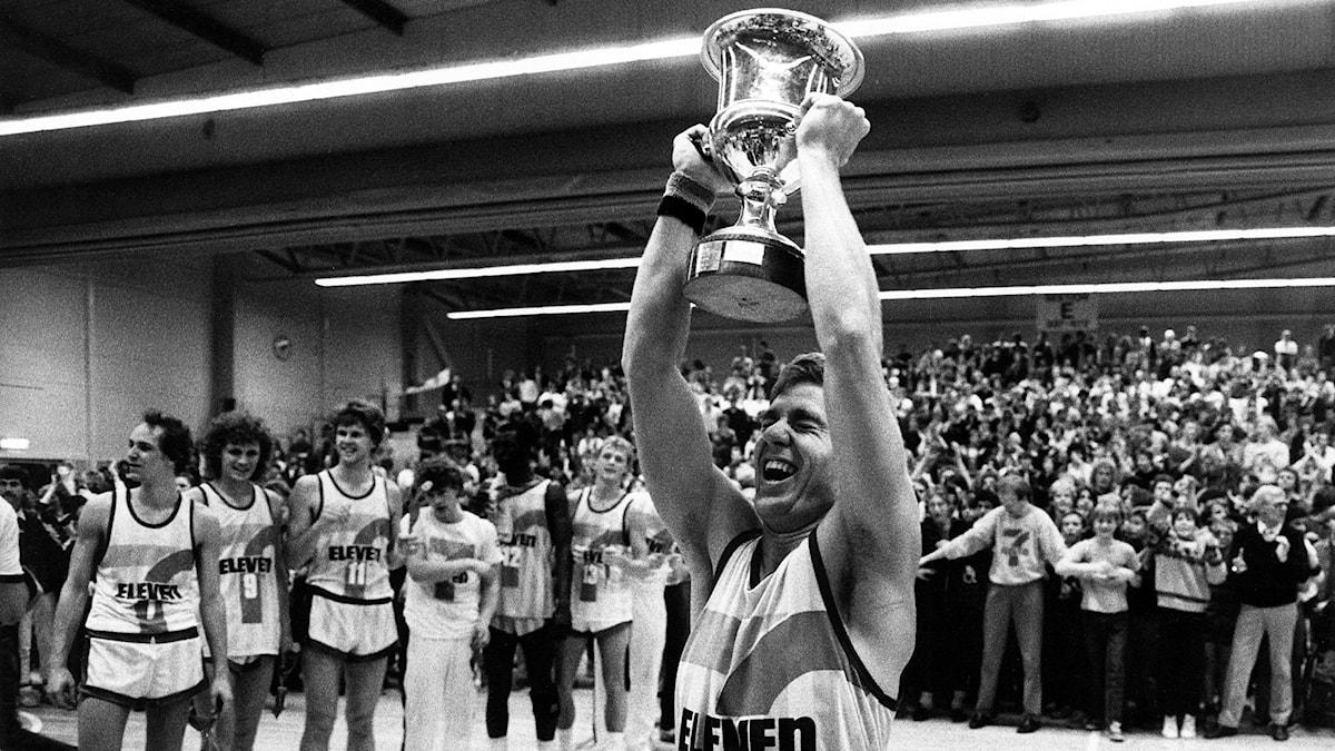 Solnas segerskytt Thomas Nordgren jublar efter segern mot Alvik i SM-slutspelet i basket 1984. Arkivfoto: Jan E Carlsson/TT.