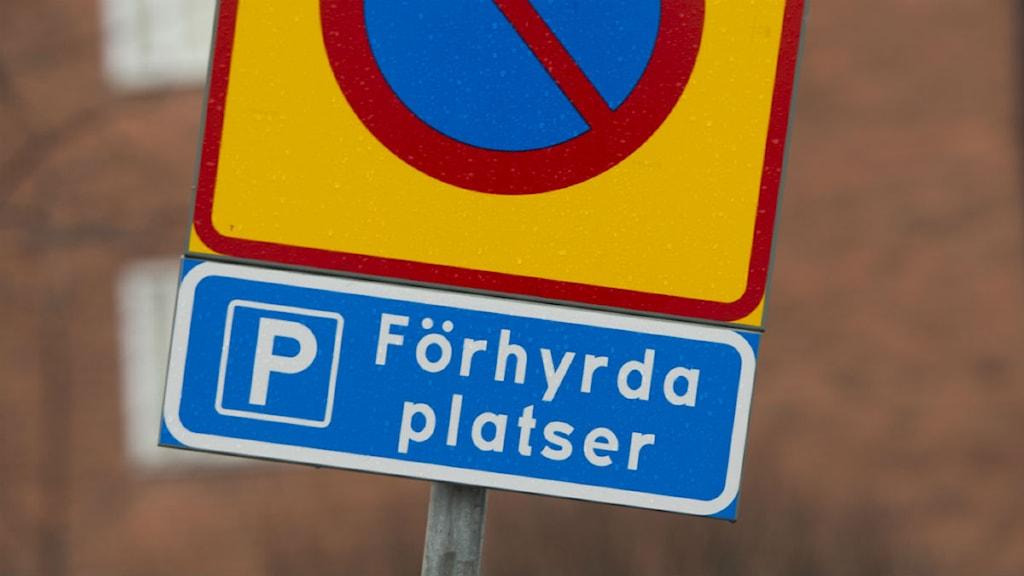 Ett vägmärke visar att parkering är förbjuden samt att det är förhyrda platser. Foto: Fredrik Sandberg / TT