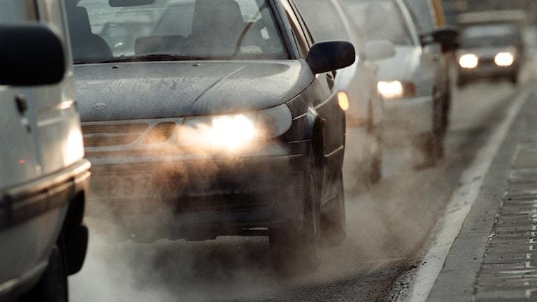 Dubbdäcken gör att farliga partiklar samlas i dammet på Stockholms gator. Foto: TT