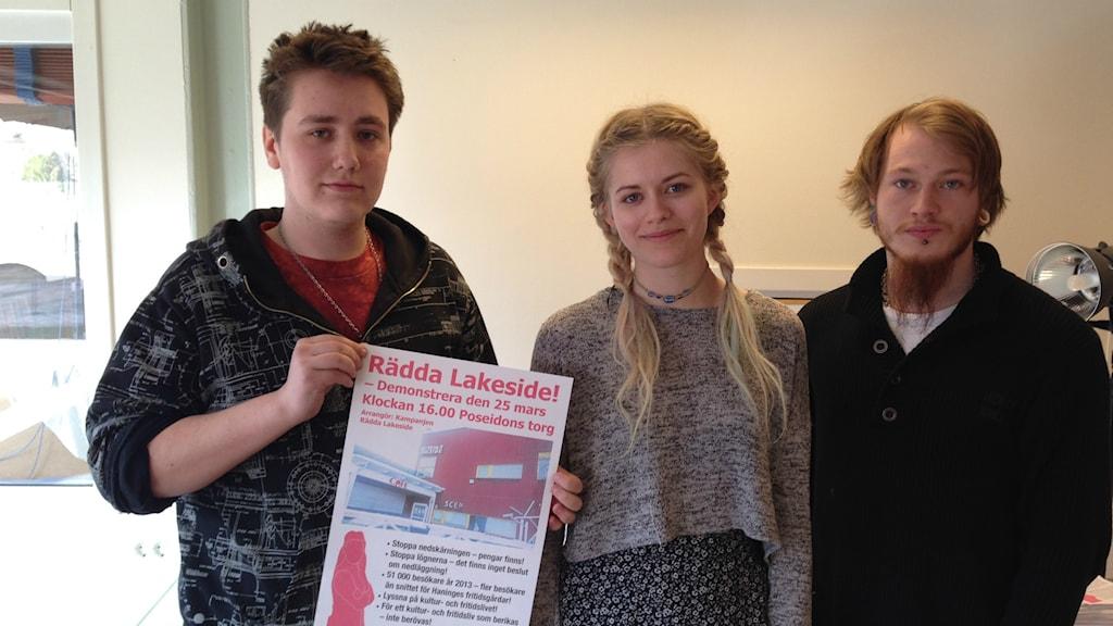 Michell Metternich, Linnea Björnberg och Gustav Pettersson är skeptiska till flytten. Foto: Robin Oljelund Kjellberg/Sveriges Radio
