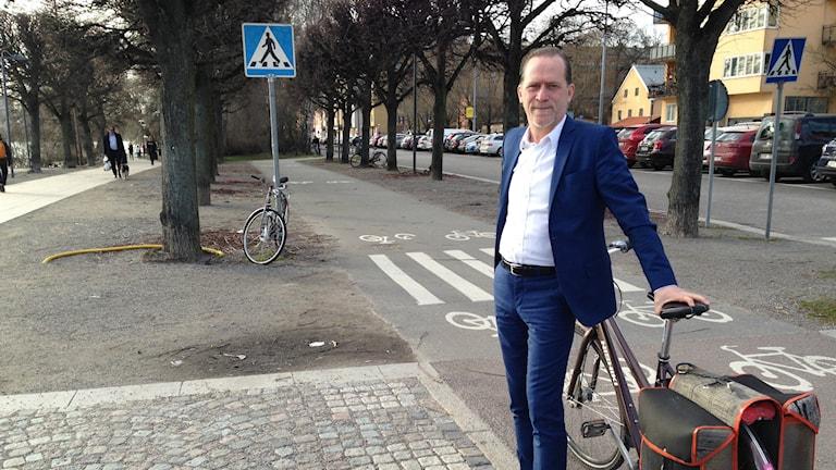 Trafikborgarrådet Daniel Helldén (MP) fick låna en cykel men kom från landstället med bil. Foto: Robin Oljelund Kjellberg/Sveriges Radio.