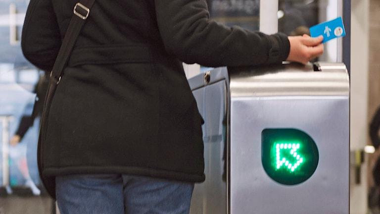 En person använder ett av SL:s accesskort vid inpassering till tunnelbanan Foto: Vilhelm Stokstad / TT.