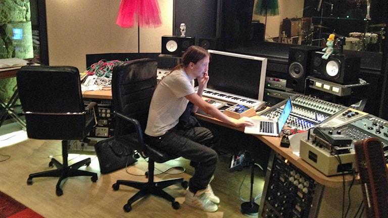 Shellback jobbar i studion. Foto: Fredrik Eliasson/Sveriges Radio
