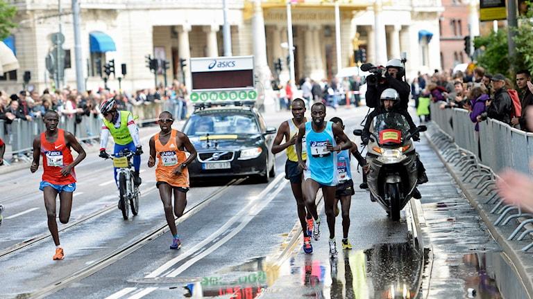 Tätklungan med bland andra Benjamin Chebet, Jason Mbote, Benjamin Bitok, Kenya och Esayas Habtemicael, Eritrea under Stockholm Marathon 2014. Foto Maja Suslin / TT