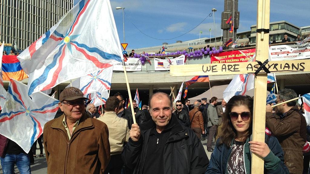 Många assyriska flaggor vajade i vinden. Foto: Robin Oljelund Kjellberg/Sveriges Radio