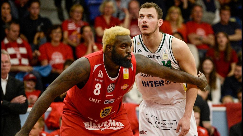 Uppsalas Brice Massamba motar Södertäljes Aaron Anderson under den 4:e finalmatchen i basketligan mellan Uppsala och Södertälje Kings. Foto: Pontus Lundahl/TT
