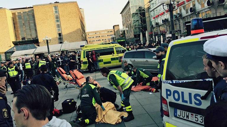 Flera personer skadades när en civil polisbil körde in i en grupp personer på Medborgarplatsen. Foto: Mikael Eriksson.
