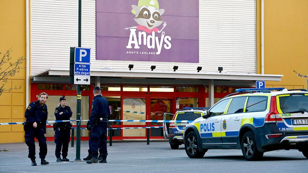 Poliser och polisbilar vid avspärrningarna utanför Andys lekland i Barkarby. Foto: Jonas Ekströmer/TT.