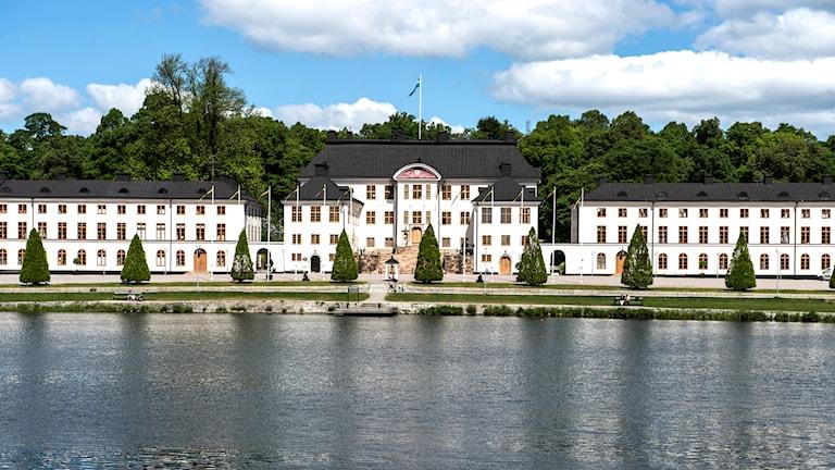 Karlbergs slott sett från vattnet.