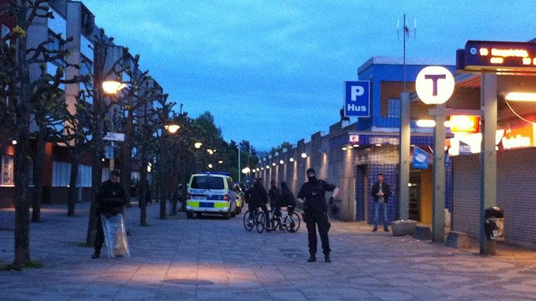 Poliser står utanför tunnelbanestationen i Tensta. Foto: Christy Chamy/Sveriges Radio.