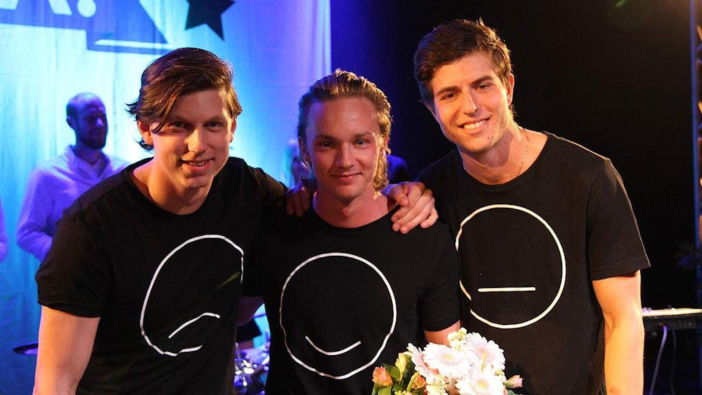 Oscar Juhola, Arvid Ångtröm och Dennis Babic i gruppen SMAJLING SWEDES. Foto: Madeleine Rollenhagen/Sveriges Radio