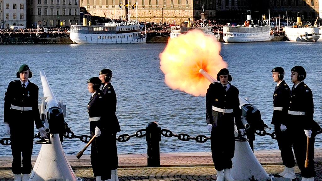 Klockan 12.00 skjuts det salut på Skeppsholmen för den nyfödde prinsen. Foto: Tomas Oneborg / SvD/ TT.