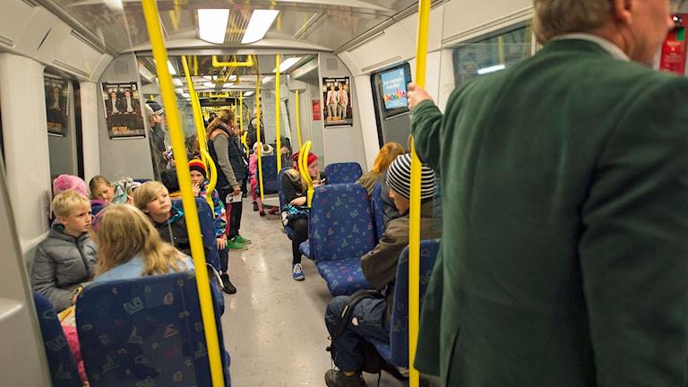 Resenärer i en tunnelbanevagn i Stockholms tunnelbana