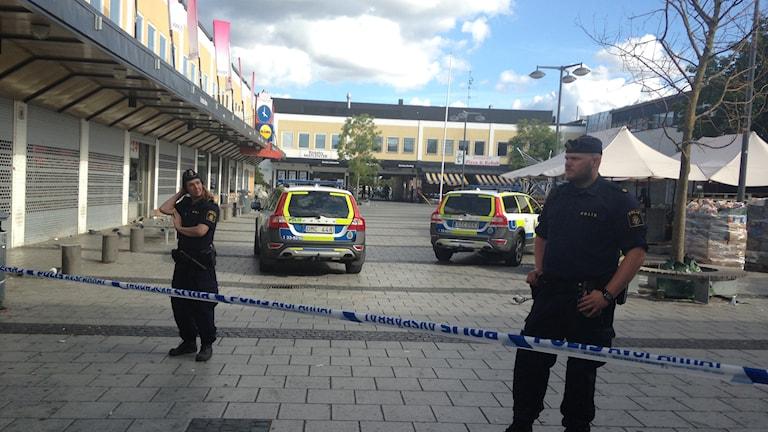 Polis vid avspärrningarna i Rinkeby centrum. Foto: Christy Chamy/Sveriges Radio.