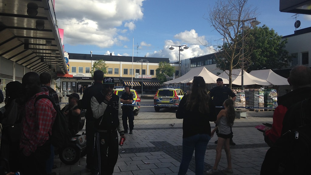 Personer som har samlats i Rinkeby centrum. Foto: Christy Chamy/Sveriges Radio.
