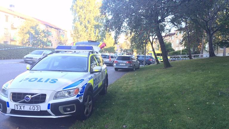 En man har avlidit efter att har hittats skjuten i en bil i Hässelby gård. Foto: Peter Weyde/ Sveriges Radio.