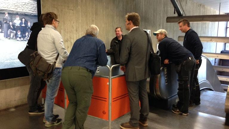 SL och tekniker undersöker rulltrappan där olyckan inträffade. Foto: Nadya Norton/Sveriges Radio
