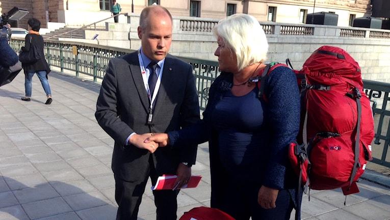 Integrationsminister Morgan Johansson och Rädda Barnens generalsekreterare Elisabeth Dahlin. Foto: Otto Marand/SR.