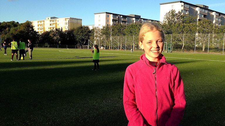 Vilma Pettersson spelar i klubben Norsborgs flickfotboll. Foto: Mariela Quintana Melin/Sveriges Radio