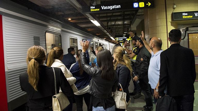Frivilliga och myndigheter välkomnade flyktingar på Centralen. Foto: Jessica Gow/TT