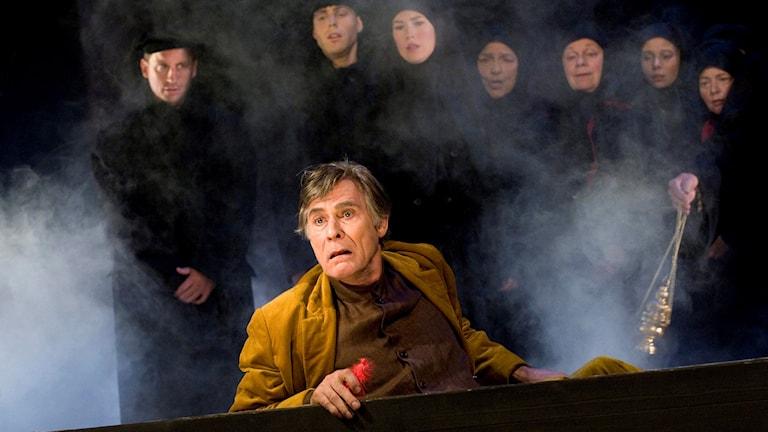 Tjechovs mästerverk 'Onkel Vanja' på Dramaten 2008. På bilden Tomas Pontén i likkistan. Foto Jonas Ekströmer /TT.