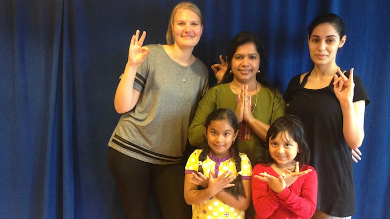 Indiska dansgruppen med läraren Usha Balasundaram i mitten. Foto: Christy Chamy/Sveriges Radio
