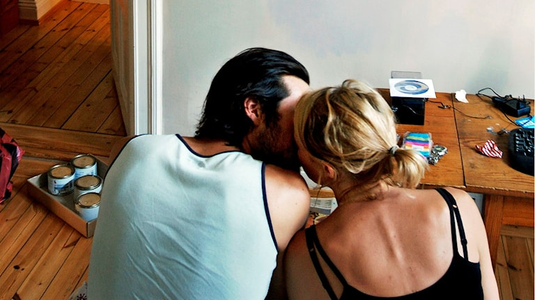 Ett ungt par pussas. Foto: Sandra Qvist /TT.