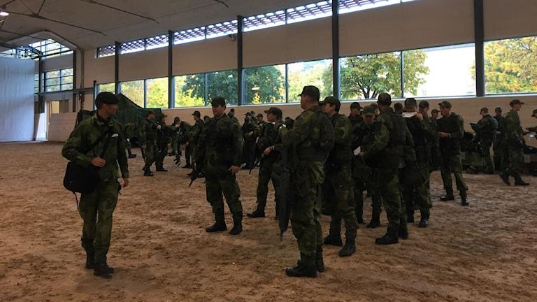 Livgardet förbereder sig. Foto: Cecilia Ingvarsson/SR