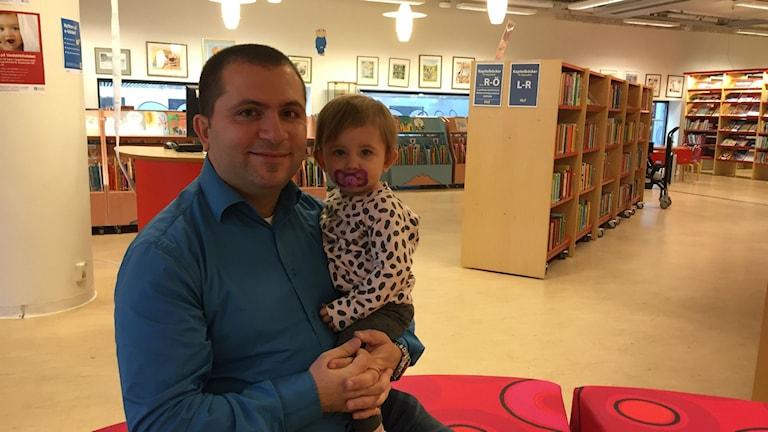 Mikhael Mikalides med sin dotter Nova. Foto: Peter Lindberg Sveriges Radio