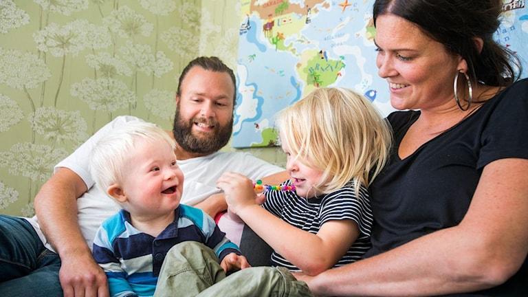 Hanna Lindström och Malte Önnestam med sina barn. Foto: Magnus Glans