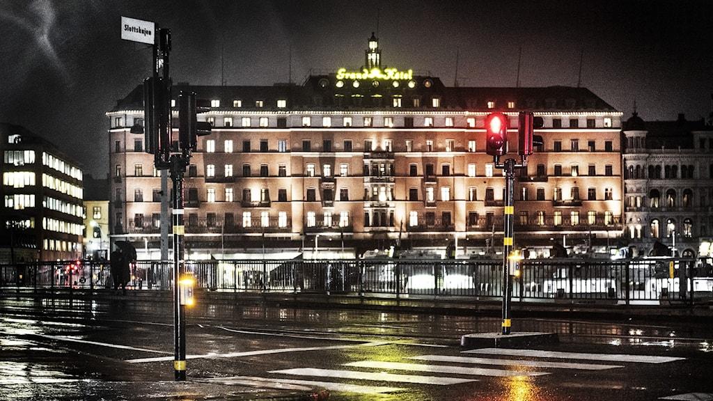Grand hotel i Stockholm en regnig natt.