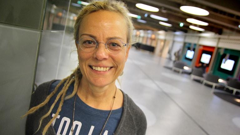 Mallika Giarimi är volontär på självmordslinjen. Foto: Robert Haecks/Sveriges Radio