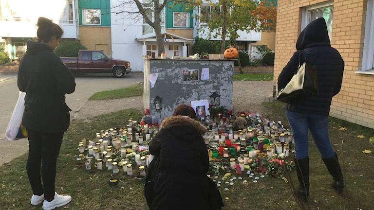 Flera tände ljus idag för den man som sköts ihjäl i lördags. Foto: Cecilia Ingvarsson/Sveriges Radio
