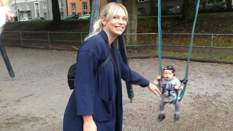 Marie Bergström, här med sonen Sixten, tycker det är viktigt med utbildad personal. Foto: Johanna Sjöqvist Harland/Sveriges radio