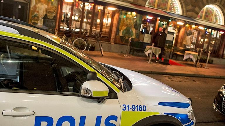 En polisbil står på gatan utanför restaurang Prinsen i centrala Stockholm. Foto: Johan Nilsson/TT.