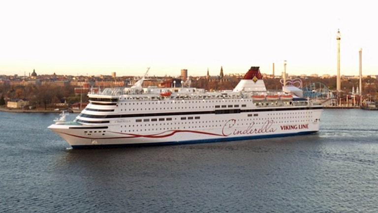 M/S Viking Cinderella (Viking Line) med Kastellholmen och Gröna Lund i bakgrunden (arkivbild). Foto: August Bergkvist/Sveriges Radio