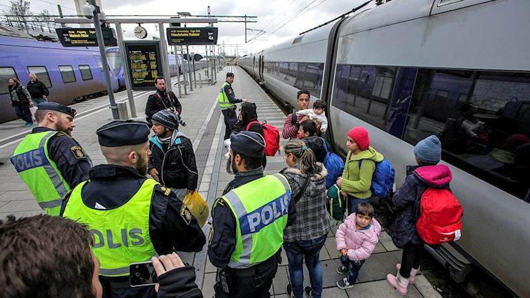 Poliser och flyktingar vid station Hyllie (första stationen på den svenska sidan av Öresundsbron) utanför Malmö. De som saknar ID erbjuds söka asyl. Foto: Stig-Åke Jönsson/TT