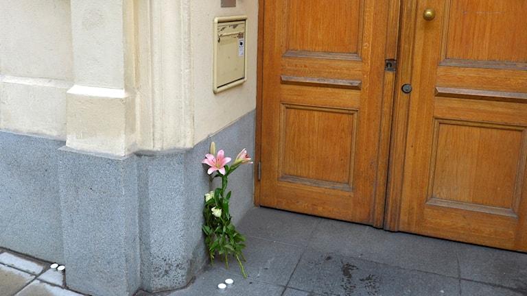 Blommor och ljus utanför Frankrikes ambassad på Östermalm. Foto: Henrik Montgomery/TT
