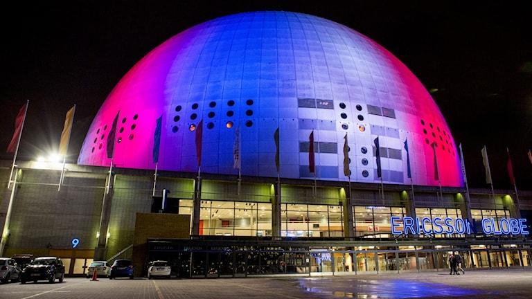 Globen i Stockholm belyst i de franska färgerna. Foto: Christine Olsson/TT