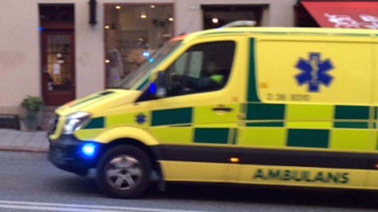 Ambulans på utryckning (arkivbild). Foto: August Bergkvist/Sveriges Radio