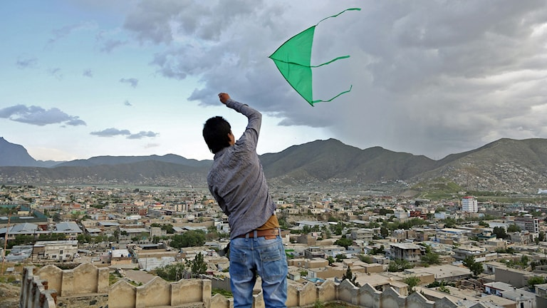 Pojke flyger drake i Afghanistan